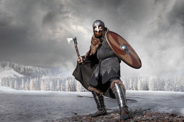 Representação moderna das roupas e das armas utilizadas por um viking em batalha
