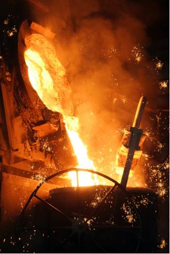 No forno siderúrgico, o ferro metálico é obtido a partir da redução da hematita (agente oxidante) pelo monóxido de carbono (agente redutor)
