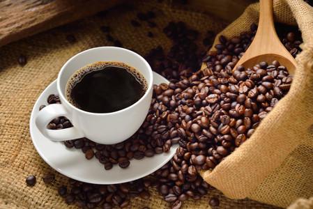 Café: bebida rica em cafeína.
