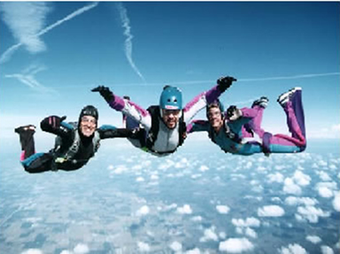 Os paraquedistas caem por causa da atração gravitacional da Terra