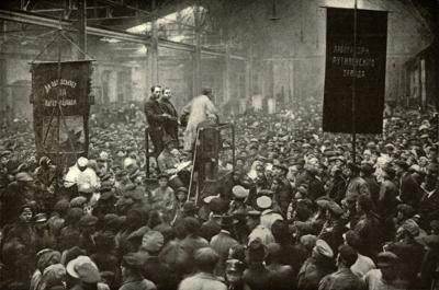 Reunião durante a Revolução Russa de 1917. A revolução é a forma mais extrema de mudança social e política