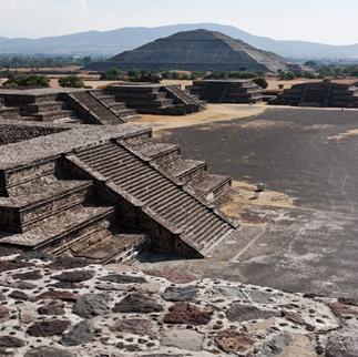 Templo do Sol, em Teotihuacán. A cidade e suas crenças exerceram forte influência cultural sobre os astecas