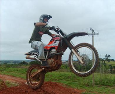 Um ponto fixo em uma roda de motocicleta descreve movimento circular em relação aos respectivos eixos de rotação