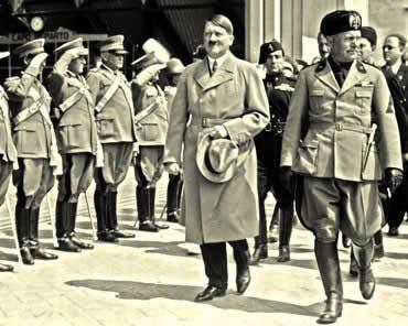 Hitler e Mussolini: representantes de regimes totalitários do século XX.