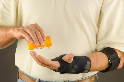 O tratamento é à base de antibióticos e, eventualmente, o membro afetado é imobilizado