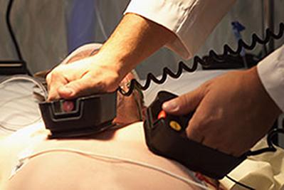 O desfibrilador é, essencialmente, um capacitor, cujos eletrodos são colocados sobre o peito do paciente