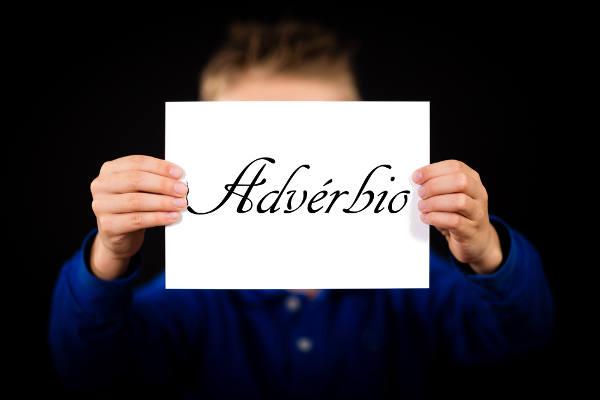 O advérbio é uma classe de palavras modificadoras que podem expressar por si só uma circunstância