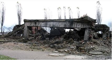 A figura mostra as ruínas da câmara de gás de um campo de extermínio nazista, onde o gás usado era o cianeto de hidrogênio (HCN)