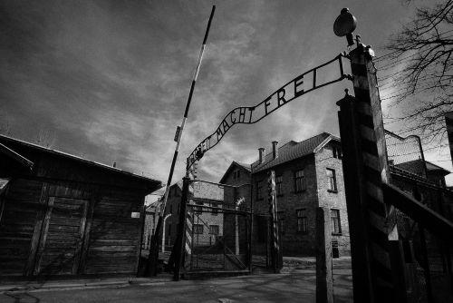 """No portal de entrada do campo de extermínio de Auschwitz está escrito: Arbeit Macht Frei (""""o trabalho liberta"""")"""