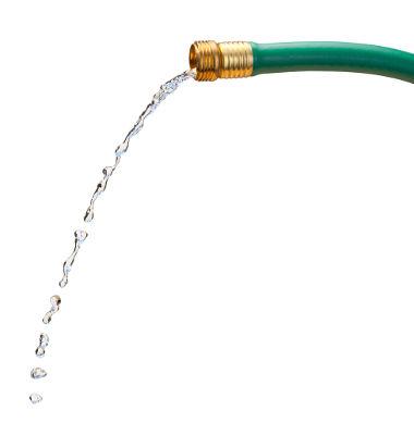 Ao taparmos a saída de água de uma mangueira, a velocidade de escoamento do fluido aumenta