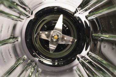 Nos liquidificadores, a energia elétrica é transformada em energia mecânica, que é capaz de girar as lâminas e cortar os alimentos