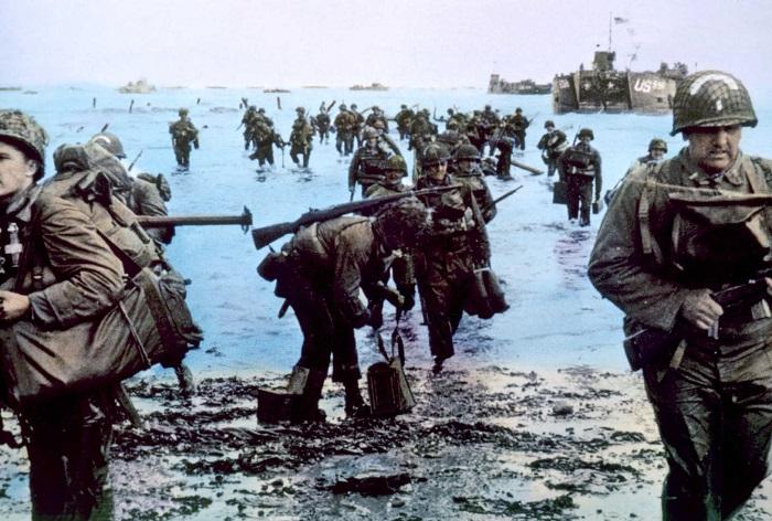 Imagem colorizada do dia do desembarque das tropas Aliadas na Normandia, em 6 de junho de 1944