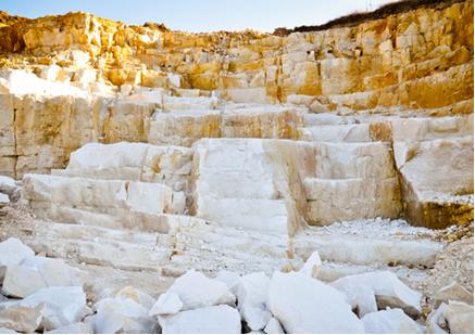 Além do carbonato de cálcio, o calcário contém pequenas quantidades de impurezas, como areia e carvão