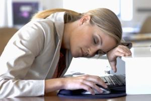 Ataque súbito de sono é um dos sintomas da narcolepsia.