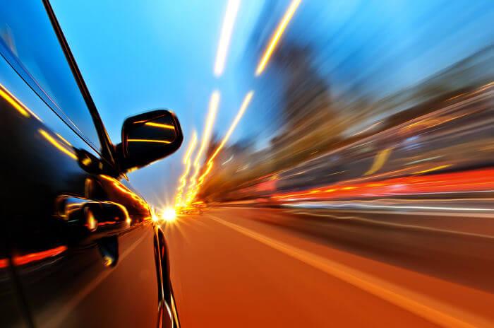 A aceleração mede a mudança da velocidade em relação ao tempo.
