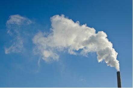 Os gases expelidos pela chaminé industrial dispersam-se no ar, isso é um exemplo de difusão