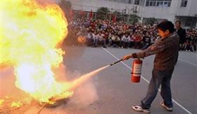 O uso do extintor é seguro: em caso de incêndio até mesmo uma criança pode ativá-lo.