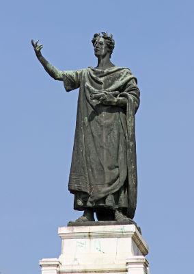 Acima, estátua do poeta Virgílio, autor da epopeia Eneida