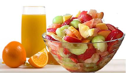 Costuma-se colocar um pouco de suco de laranja em saladas de frutas, pois a ação da vitamina C como redutora evita seu escurecimento