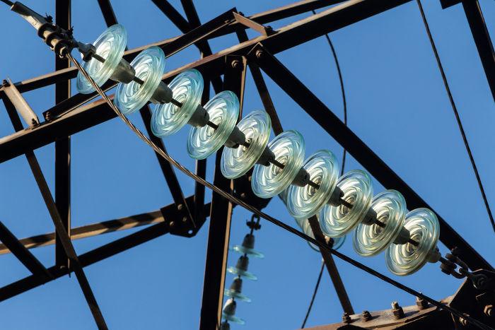 Os dielétricos são colocados em volta de fios de alta tensão para que se evite a ruptura dielétrica do ar ao seu redor.