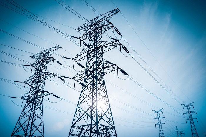 Os fios de alta-tensão geralmente estão em potenciais elétricos de até 13.800V