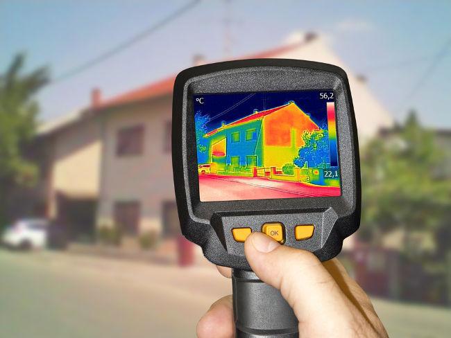 As ondas de infravermelho podem ser observadas em câmeras de calor, como a mostrada na figura acima.