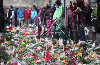 Noruegueses colocando flores para as vítimas do atentado de 22 de julho de 2011.*