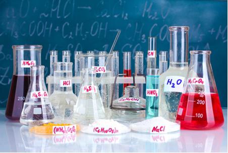 Os ácidos e bases são compostos muito usados em laboratório (Obs.: Na imagem, temos também outros compostos, como os sais)