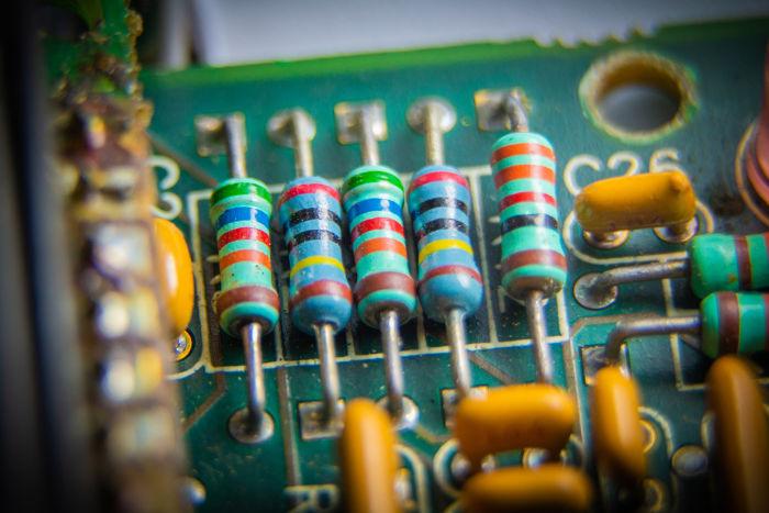 Os resistores são empregados em circuito elétricos para dimensionar a tensão e a corrente elétrica.