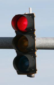 Sinal vermelho, um exemplo de linguagem não verbal.