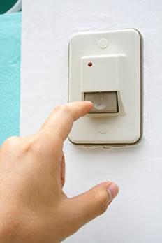 A campainha elétrica é muito utilizada em residências e, quando acionada, emite um barulho que serve para comunicar que alguém está chamando