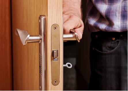 Temos a sensação de que a maçaneta está mais fria que a porta de madeira, mas na verdade ambas estão na mesma temperatura