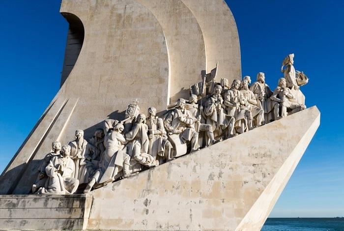 Acima, detalhe do monumento ao Descobrimento do Brasil, em Lisboa, Portugal