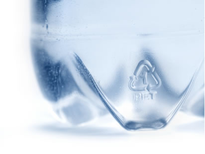O polímero PET muito usado em garrafas de água e refrigerantes é um polímero de condensação
