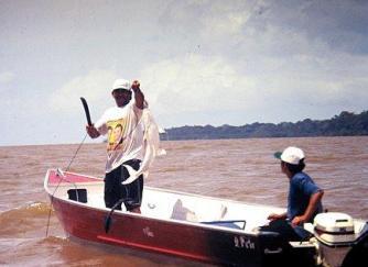 Pescadores no meio do rio Amazonas.
