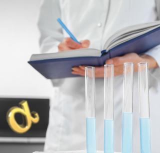 Cientista anotando dados de reação em equilíbrio químico e calculando o grau de equilíbrio dela