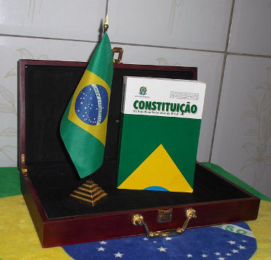 O texto da Constituição de 1988 foi elaborado pela Assembleia Constituinte que se reuniu em 1987