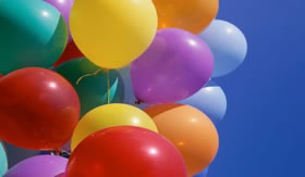 Gás Hélio: gás perfeito em balões flutuantes.