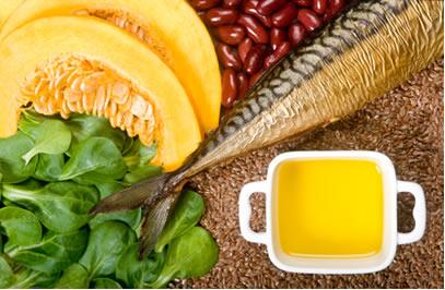 Exemplos de alimentos que são fontes de ácidos graxos ômega 3: linhaça, peixes gordurosos, alface, abóbora, sementes de abóbora, azeite e feijão