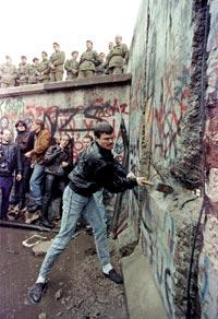 A queda do muro de Berlim simboliza o fim do mundo bipolar.