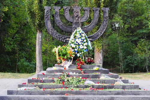 Memorial em forma de Menorá, candelabro judaico, em homenagem às vítimas do Massacre de Babi Yar*