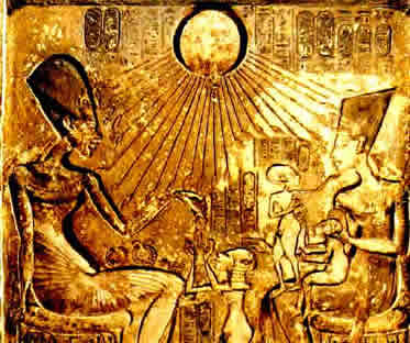 Relevo onde Amenófis IV e sua família são iluminados pelos raios do deus Aton.