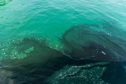 É possível separar o petróleo da água com o funil de bromo