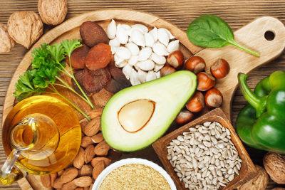 A vitamina E pode ser encontrada em alimentos folhosos, óleos vegetais e sementes oleaginosas