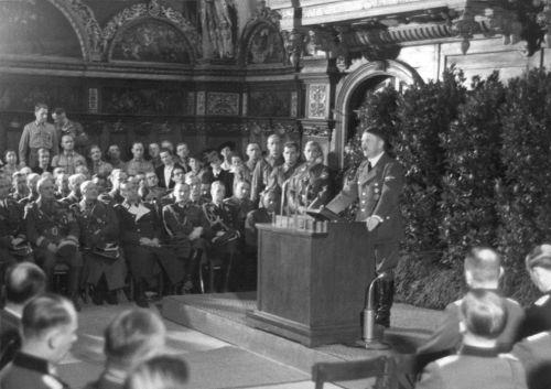 Hitler discursando em Danzig, cidade conquistada pelos alemães durante a Invasão da Polônia *