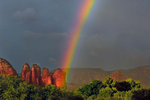 O arco-íris é formado pelo fenômeno da dispersão cromática da luz