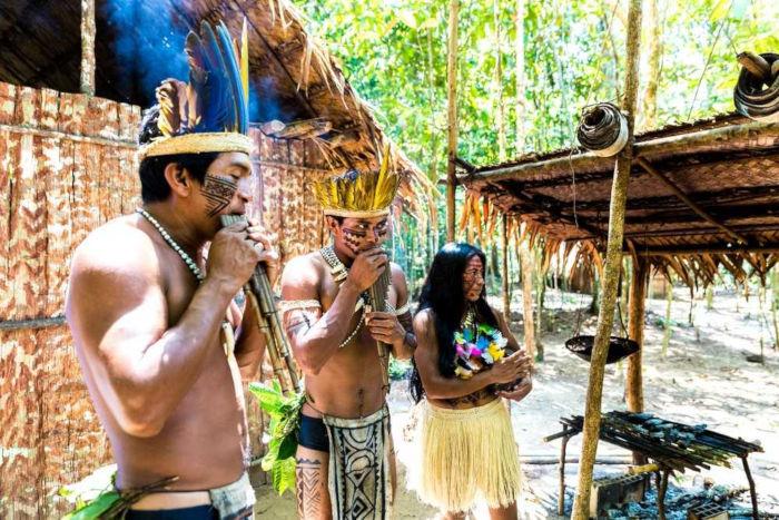 A população indígena no Brasil concentra-se principalmente na Região Norte do país.