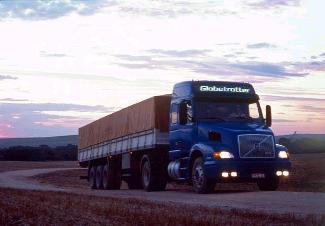 O transporte rodoviário possui um elevado custo por toneladas.