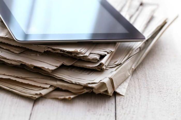 Os meios de comunicação podem transmitir informações em ferramentas impressas, como os jornais, e em ferramentas digitais, como os tablets.