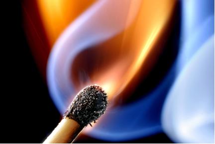 A queima do palito de fósforo corresponde a uma reação exotérmica com liberação de calor
